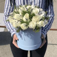 Белые розы с лавандой в коробке