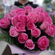 Розовые розы в папоротнике