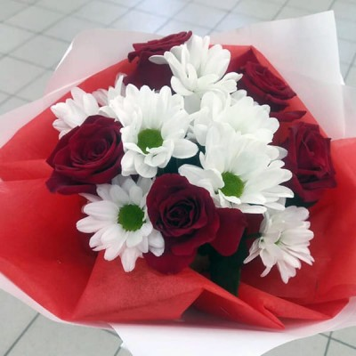 Небольшой букет с розами и хризантемой