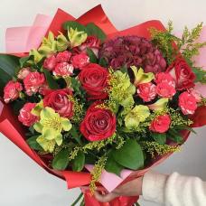 Красивый букет с розами